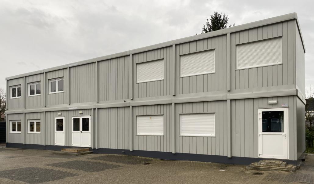 Vier tijdelijke klaslokalen in twee bouwlagen