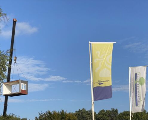Twee weken voordat de scholen weer open gaan heeft Formulebouw voor de St. Leonardusschool te Heemskerk drie verplaatsbare klaslokalen geplaatst.