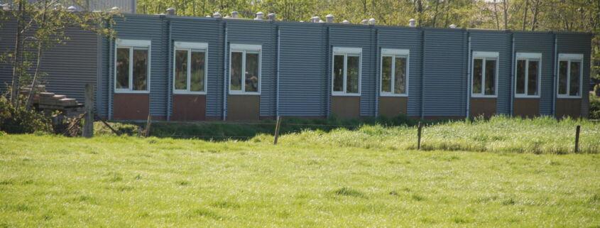 Kort na de vakantiesluiting heeft Formulebouw op diverse locaties te Ederveen vier tijdelijke schoolgebouwen gedemonteerd en afgevoerd.